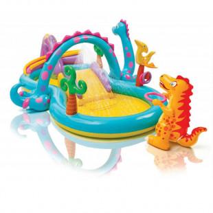 Hracie centrum Intex Svet dinosaurovje detský nafukovací bazén so šmýkačkou v tvare krajiny dinosaurovz veľmi odolného certifikovaného materiálu. Jedná sa o nafukovací bazén so šmýkačkou dinosauruss rozmermi 333 cm x 229 cm x 112 cm, ktorý si vaše deti jednoducho zamilujú.