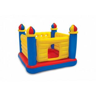Detské hracie centrum INTEXskákací hrad s rozmermy 175 x 175 x 135 cmmá pevné, farebné bočné steny, umožňuje skákať na trvanlivom vankúši, obsahuje poistné ventily a je vyrobený z trvanlivého, testovaného vinylu. Skladá sa z farebného, interaktívneho priestoru na skákanie a detský hrad obsahuje okno pre jednoduchý vstup spolu s vrhacími krúžkami na hákoch v bočných stenách. Sada obsahuje aj tri nafukovacie krúžky v súprave.